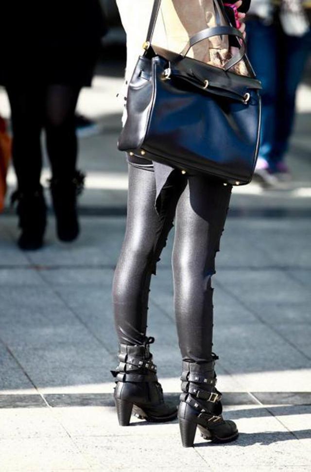 美女下光亮阳光的大长腿,原来美女一条皮裤!胖中亚只是
