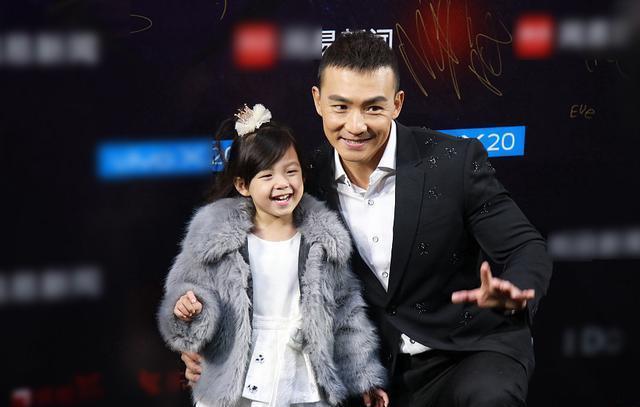 澳门金沙注册:刘�u宏带着小泡芙出席活动,靠女儿吸金了?