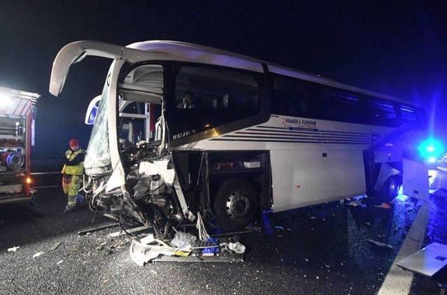 載35名中國遊客大巴在米蘭失控撞上隔離帶 致多人受傷