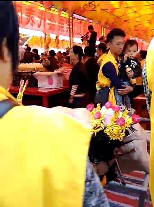 """威尼斯人网址:穿着印有""""江夏黄氏""""黄马褂的人刷屏~"""