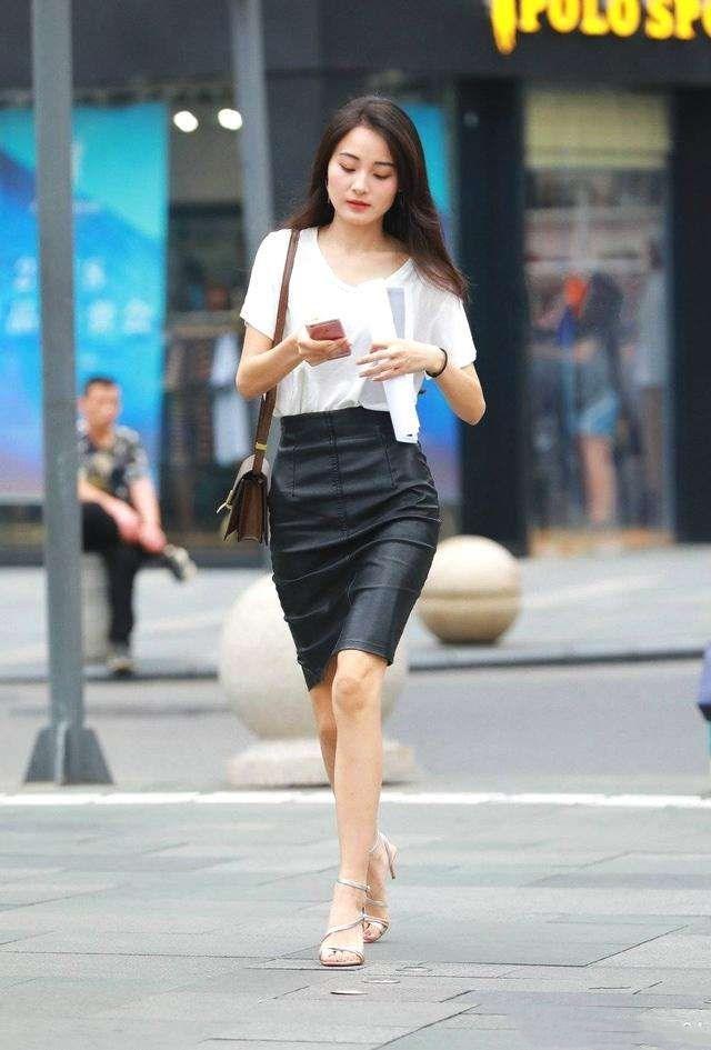 街拍:美女时尚白色性感包臀皮裙,老师美女,散发安大气质上衣图片
