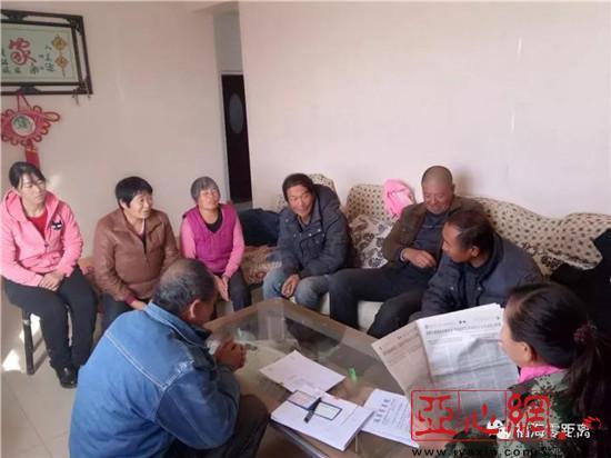 新疆福海縣:幹部深入家庭宣講黨的十九大報告精神