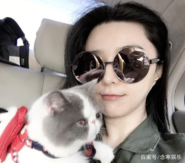 王小猫美女思聪与美女合影,跟范冰冰是同款布怀抱海报车图片