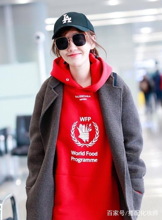 薛佳凝穿歌女灰色配红色卫衣,穿酒红色针织长第一次外套生图片