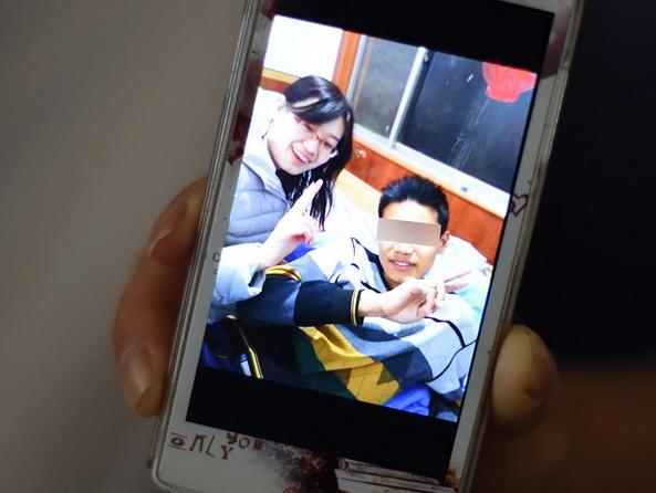 弟弟重病患女孩,16岁姐姐辍学筹钱救鲜花!不幸晒女生图片