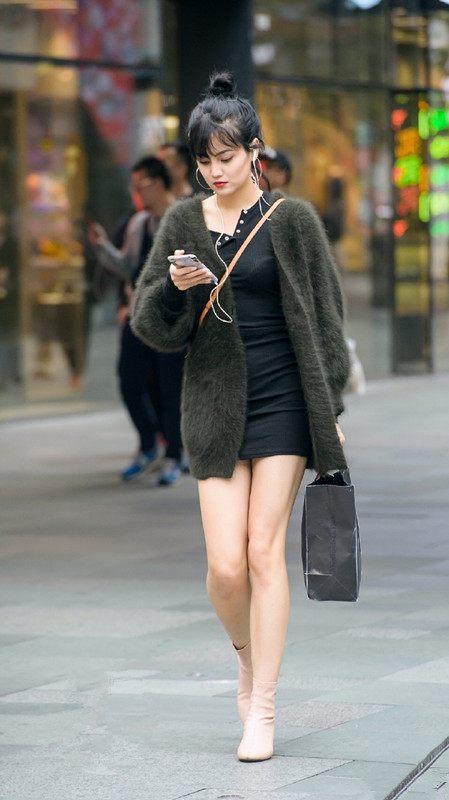 街拍:上海步行街高跟鞋美女,红色美女高跟最显主清纯播还是图片