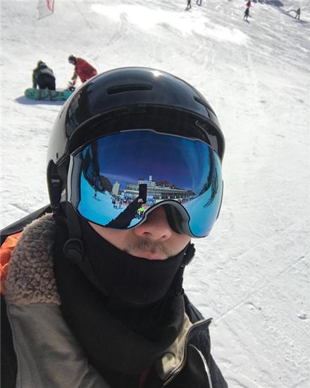 蔣勁夫滑雪玩自拍 全副武裝隻露出小胡子