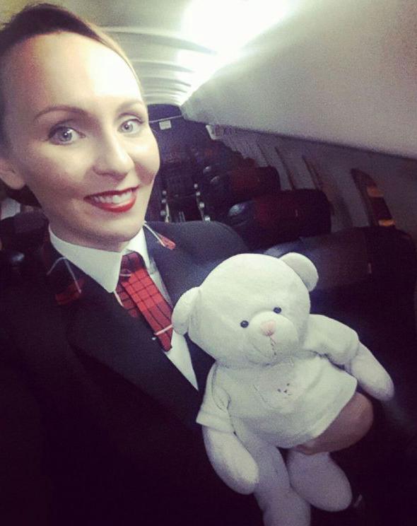 4歲女孩將泰迪熊落在機場,漂亮空姐帶小熊飛行3百多公裏送回