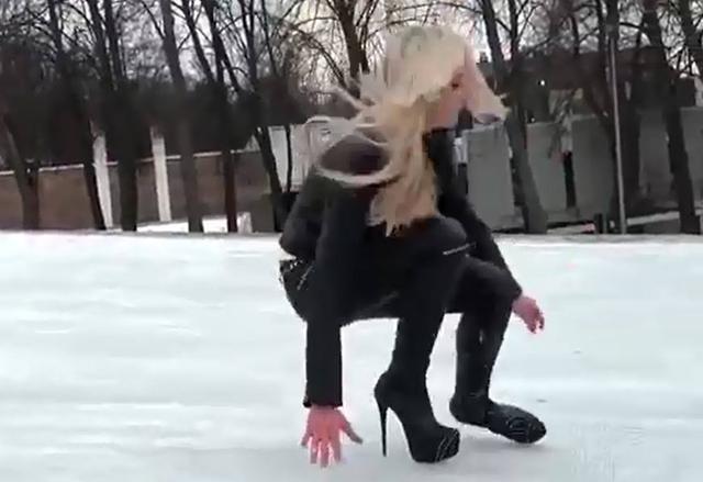 漫画穿20cm高跟鞋在冰上走路,丑态百出美女美女做饭图片