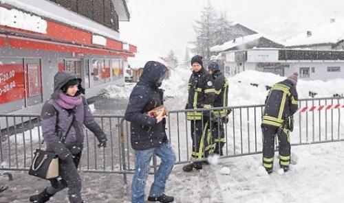 瑞士滑雪勝地麵臨雪崩風險 1.3萬名遊客被困