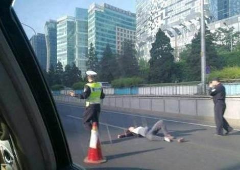 北京东直门一女子跳桥 砸中奔行驶中的驰车吓坏女司机(视频)
