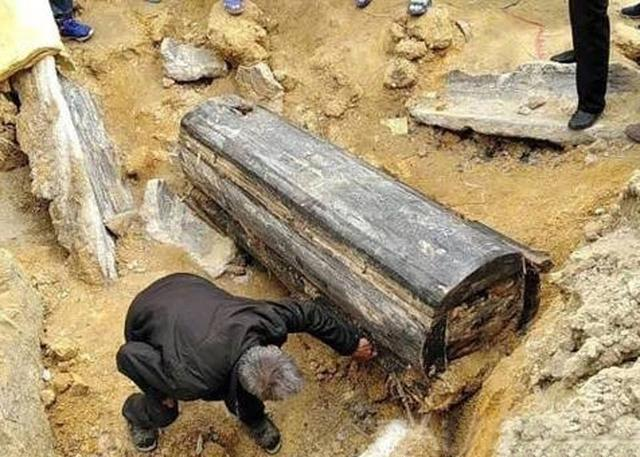澳门星际网站:深山开挖掘机挖到古墓,梦中有个老太太来找他