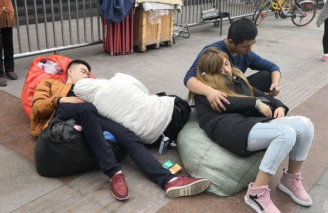 成都火车站姿势上,几个年轻动态露天睡觉,男女聊天广场表情的歌词包带图片