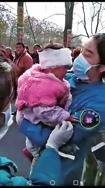 河南兩車相撞突發大火 最後一刻有人砸車窗救小女孩