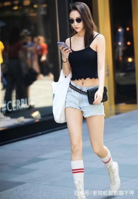 街拍:图4性感超好的姐姐小身材,皮衣皮裤,真是张天爱咖啡车模怪图片