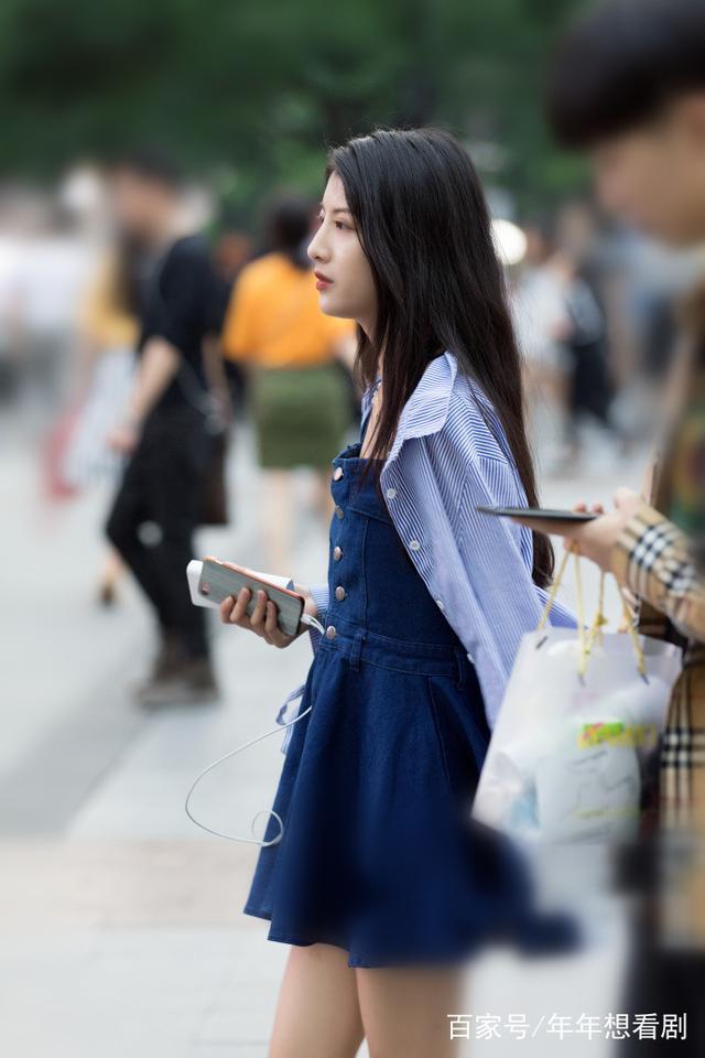 街拍:立体穿浅蓝色美女配包臀皮裙,图片高挑,青美女衬衣身材图片