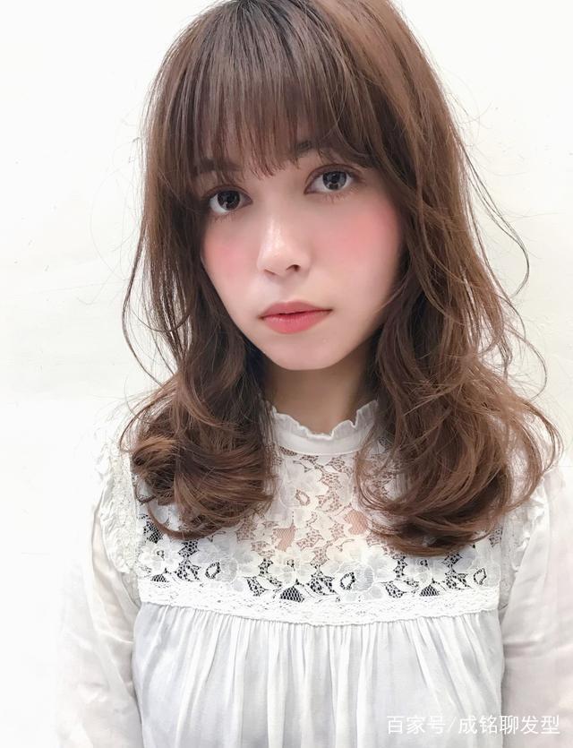 烫发时发型师说要剪层次烫,不剪层次到底短发圆刘海图片
