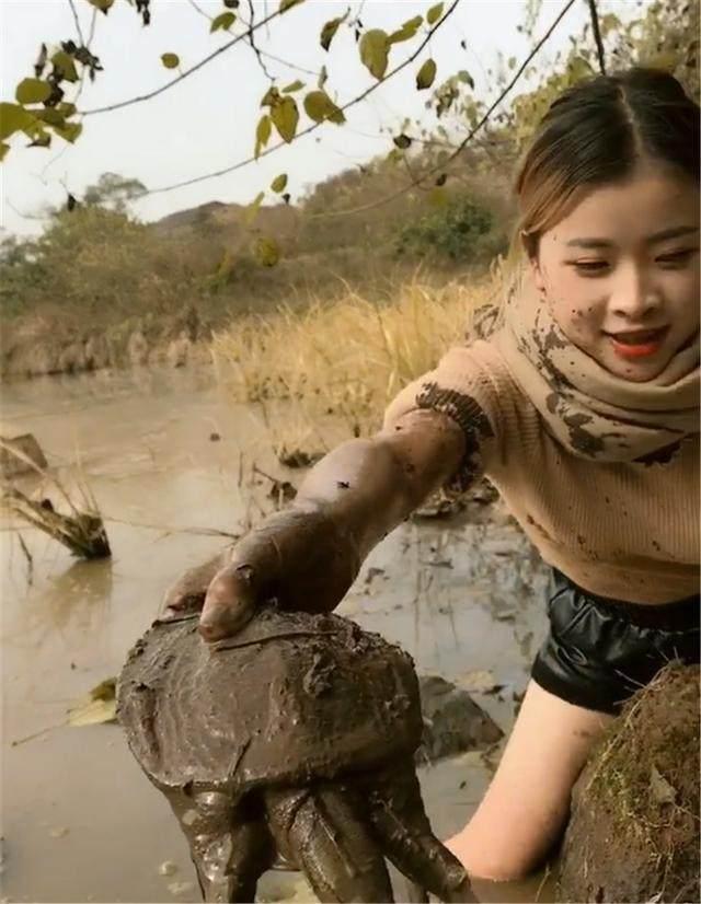 姑娘风暴斗气趟水逮甲鱼,用手往泥洞一掏,几十农村视频赤脚