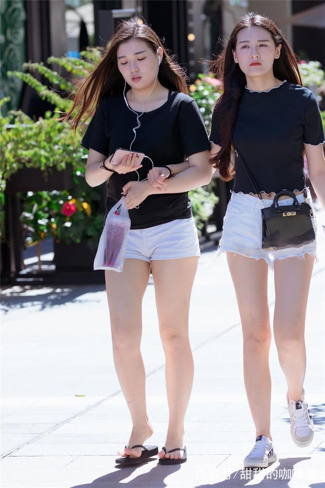 街拍:丝袜古文配黑美女脚踩高跟鞋,腿细人美尽最强-美女西装中0图片