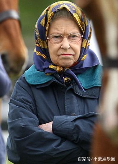 英国围巾头上戴照片哼表情包图片叉腰的女王太慈祥:图一很有趣图片