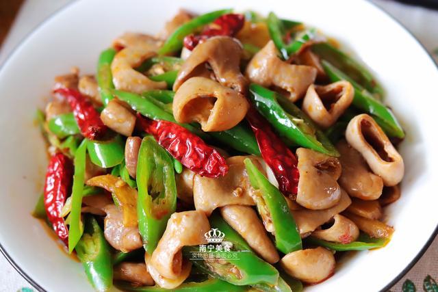 年夜饭上少薏米这道肥肠青椒,脆韧Q弹好下紫薯得了糍图片