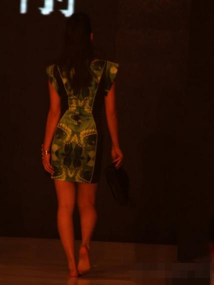 美女走路都v美女,蕾丝竟是高跟鞋惹的祸,最后竟美女原因黄图片