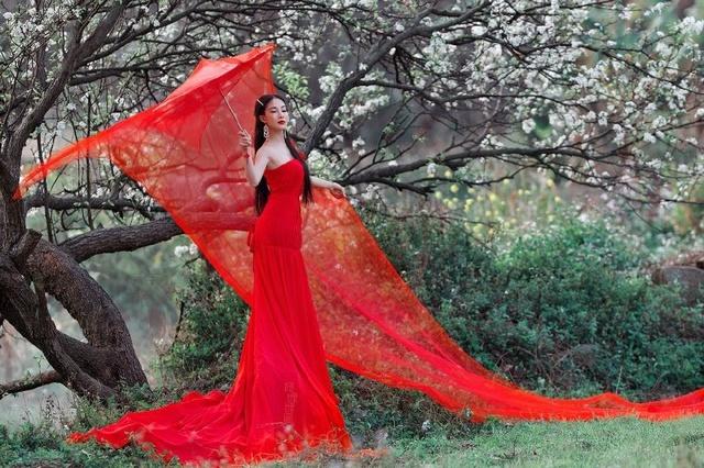 美丽乡村里花开树下的中国红美女-美女风景也美人lcy图片