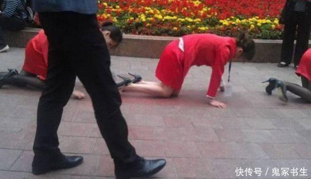 30名女生跪地爬行,大家纷纷自尊,看到脸的时伤美女被拍照图片