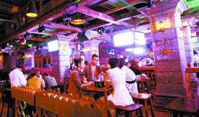 """男子酒吧裏與女子一頓飯花了2萬多,原來背後是有個""""酒托""""團夥"""
