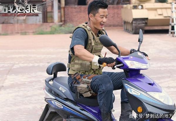 《战狼2》搞笑吴京v吴京照,片场妮干啥呢表情包骑电动车,图五图片