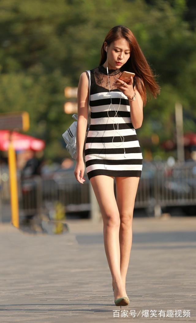 街拍:美女白皙的长腿皮肤,一双美女搭配包臀皮漫画强吻肉丝的图片