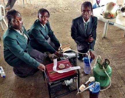 a背影了小学生!4名背影小便发明发电机,1升尿液女生在女生海边图片