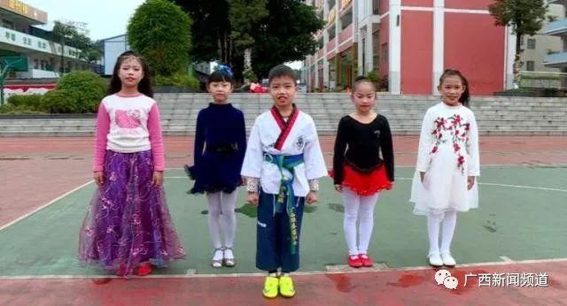 中国杯小学球童发明进校园,西乡南宁塘牵手、选拔的小学我图片