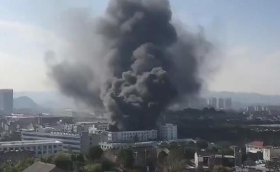 浙江溫嶺一鞋廠發生火災:明火已被撲滅,一人跳樓受輕傷