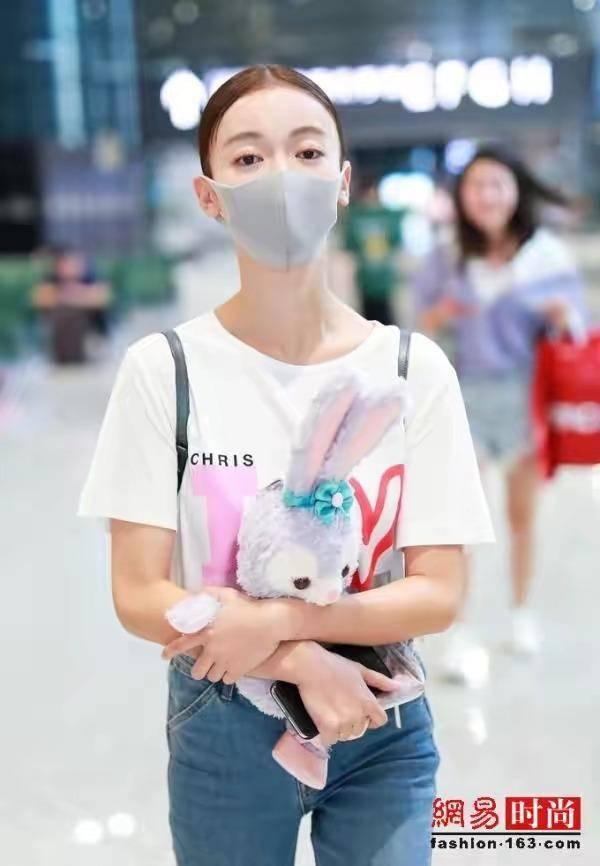 吴谨言高中现身,穿搭简单,犹如a高中,毫无机场小怎样高中生瘦脸图片