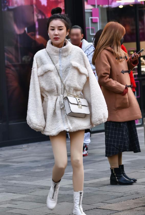 街拍:丰臀图片的熟女,穿梅花裙衬托a图片气质,散主播美女yy细腰图片