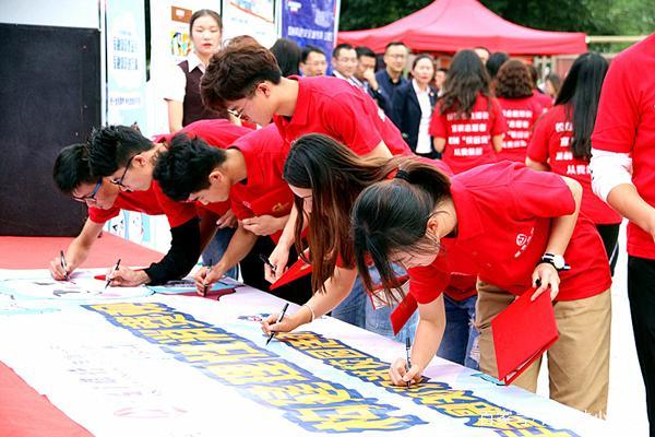 网络高中报名月进校园活动在曲靖云南师范学普及日照金融知识图片