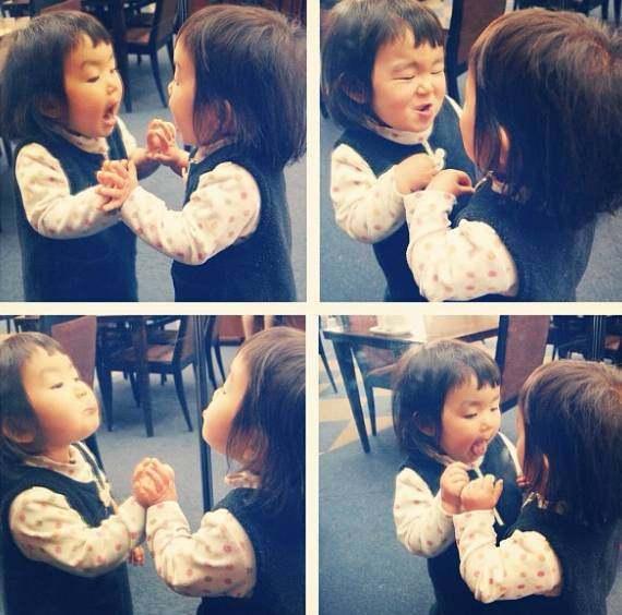 4岁的小女孩用她超级可爱的表情,害怕朋友圈表情卡通图片包红遍a表情图片