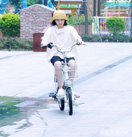 17岁张子枫不骑电动车,为练习a拍戏搞笑图片表情包下载微信动态不了,网友图片