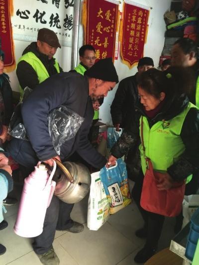 蘭州:兩家愛心機構向7名困難人員送溫暖
