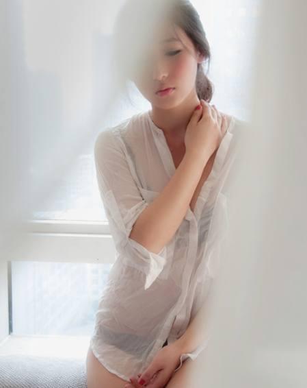 麦田美女写真最诱人的就是这若隐若现的神秘美女服性感红衣图片