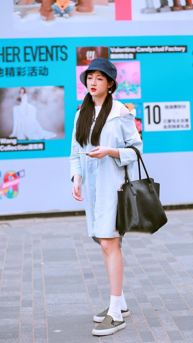 南京街拍只有:都长漂亮美女却很保守,美女小穿着梳头图片