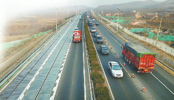 全球首條高速光伏公路在濟南投用 未來電動汽車邊跑邊充電