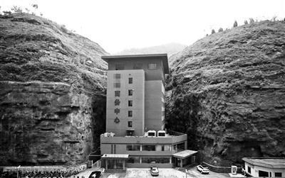 陝西現「肉夾饃」式大樓 建在兩山夾縫之間