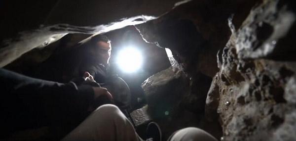 美城市探險家探索巴黎地下墓穴 遍地白骨令人心驚