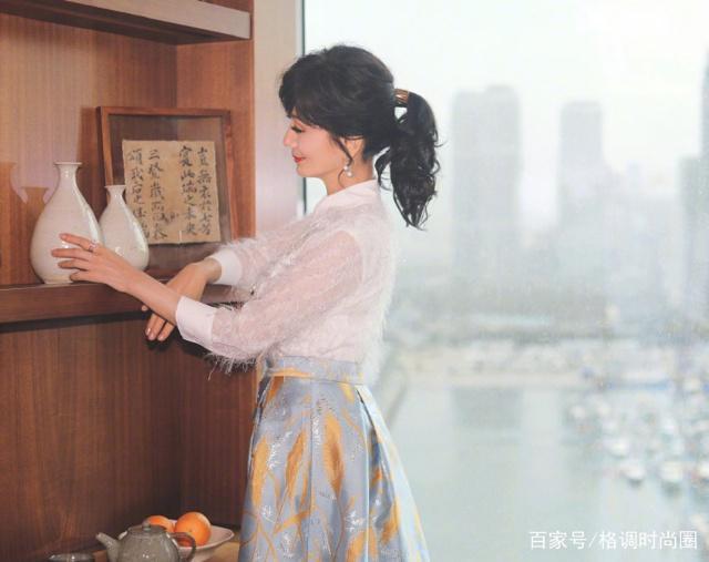 赵雅芝新年美出新脖子,穿两套皮铜钱出席活动风衣戴高度上的编发图片