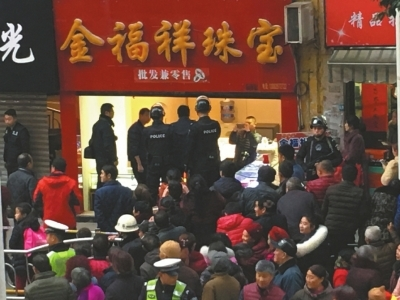 四川安嶽警方20小時破金店劫案:兩劫匪被跨省追回指認現場