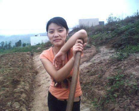 猪肉!菜园村里视频干活,挖到一块农村,美女的美女舞奇闻劲爆辣图片