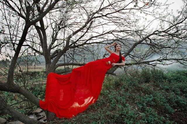 美丽美人里树下花开的中国红乡村-风景美女也采集v美人美女图片