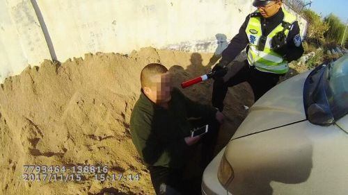 看見濟南交警 酒司機一溜煙跑下了河堤
